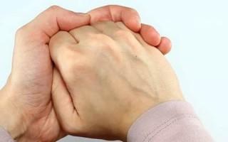 Сводит пальцы рук: основная причина и что делать