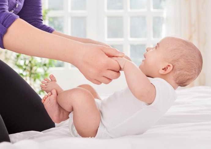 У детей менингеальные симптомы проверяются в зависимости от возраста