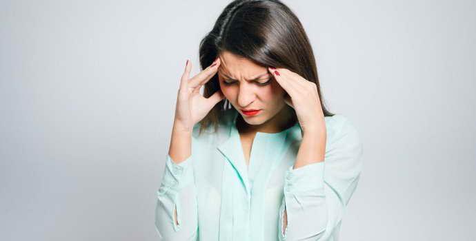 Менструальная мигрень: как снять головную боль, которая приходит по расписанию