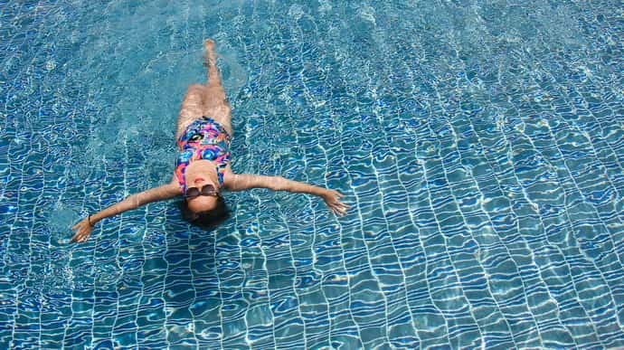 Поможет ли бассейн при онемении рук