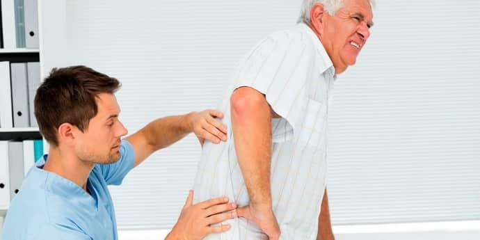Травма спинного мозга: причины, симптомы и первая помощь