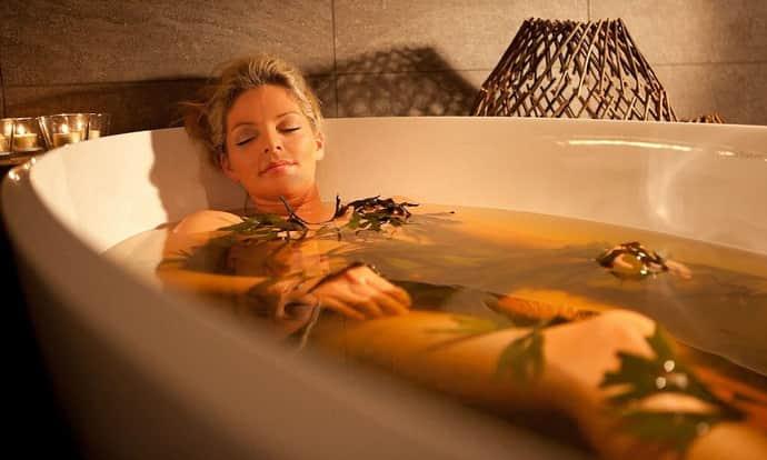 Поможет ли ванна с ромашкой при тике