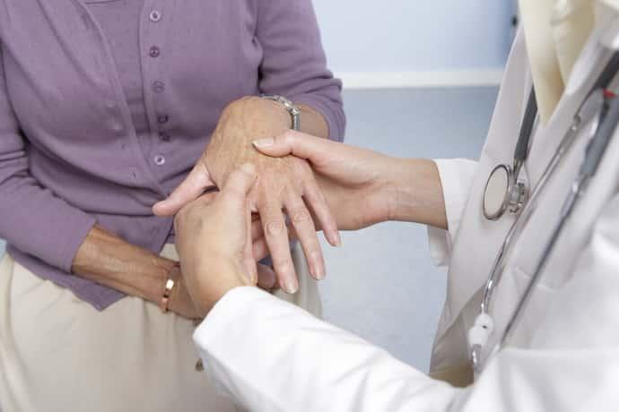 Немеет левая рука: причины, сопутствующие симптомы, лечение