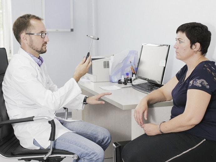 Немеет пол левой лопаткой: причины, диагностика