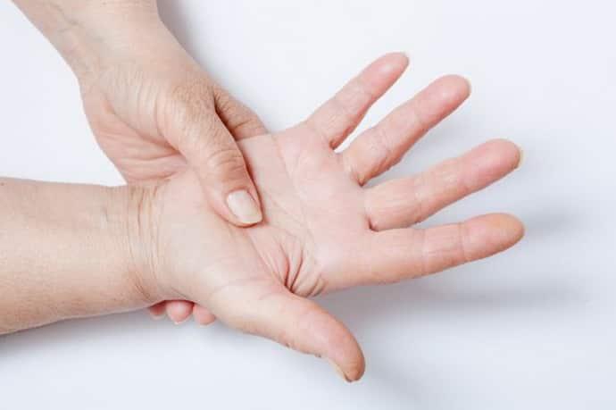 По каким причинам немеют кончики пальцев на руках