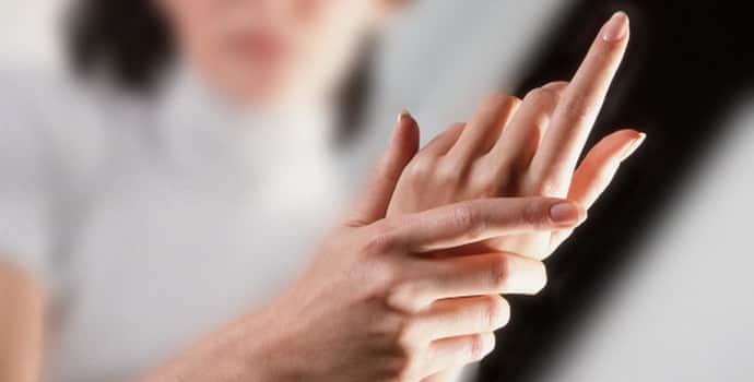 Почему немеют кончики пальцев на руках: какие факторы влияют на симптом