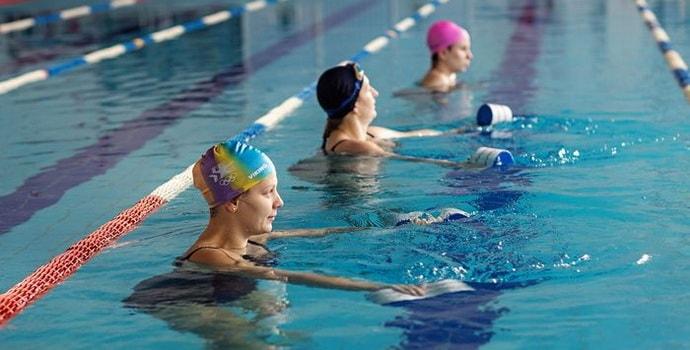 Почему в бассейне сводит ноги: основные причины