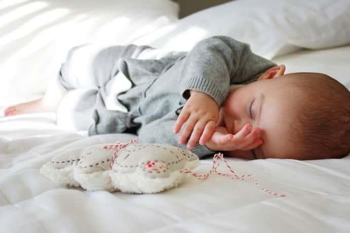 Как понять почему ребенок дергается во сне